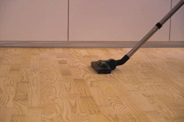 Parkett und Haustiere: Häufiges Absaugen der Fläche verhindert das Verkratzen durch Schmutzpartikel auf dem Boden.