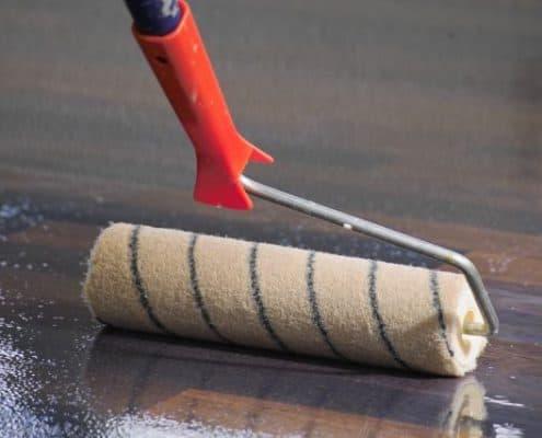 Der richtige Lack schützt die Parkettfarbe langanhaltend