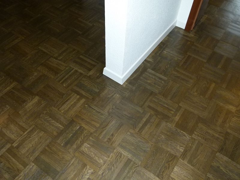 Dunkler Boden Welche Sofafarbe : Dunkler Boden, weisse Leiste